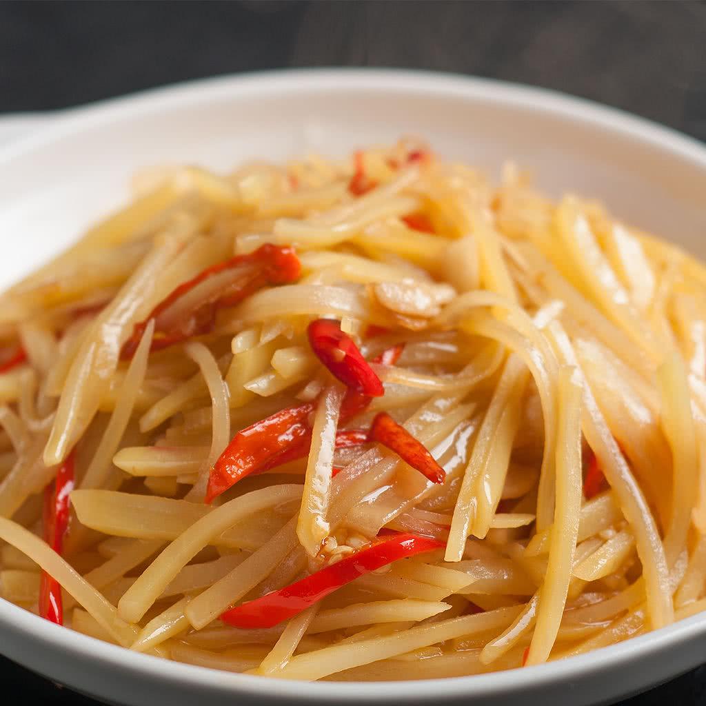 辅料   玉米油1汤匙 盐适量 蚝油适量 大蒜2瓣 尖椒土豆丝的做法步骤