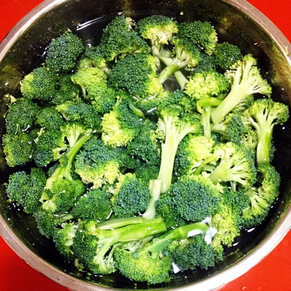 西兰花中的营养成分,不仅含量高,而且十分全面,主要包括蛋白质、碳水化合物、脂肪、矿物质、维生素C和胡萝卜素等。据分析,每100克新鲜西兰花的花球中,含蛋白质3.5克4.5克,是菜花的3倍、番茄的4倍。它具有显著的防癌抗癌功效。 除了抗癌以外,西兰花还含有丰富的抗坏血酸,能增强肝脏的解毒能力,提高机体免疫力。而其中一定量的类黄酮物质,则对高血压、心脏病有调节和预防的功用。 西兰花热量很低,是一种非常健康的蔬菜,建议多吃。