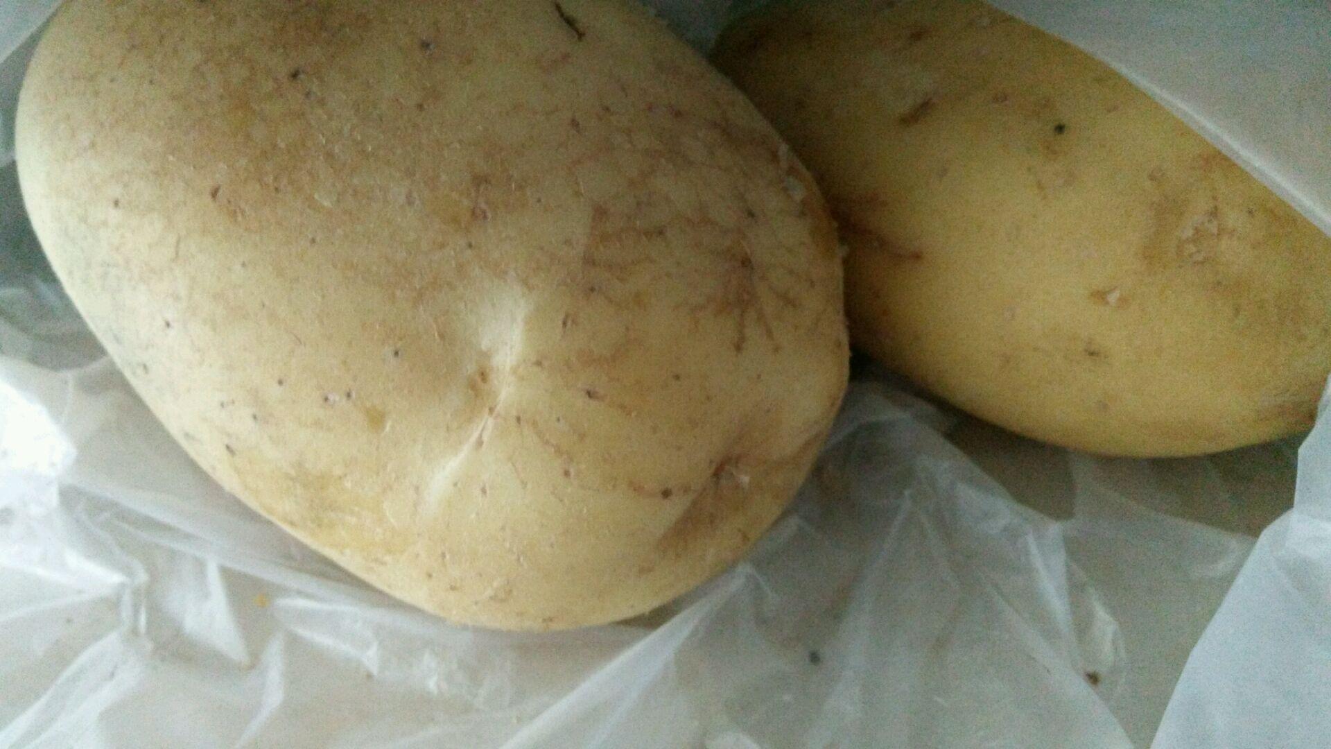 把土豆削皮切成菱形 备好
