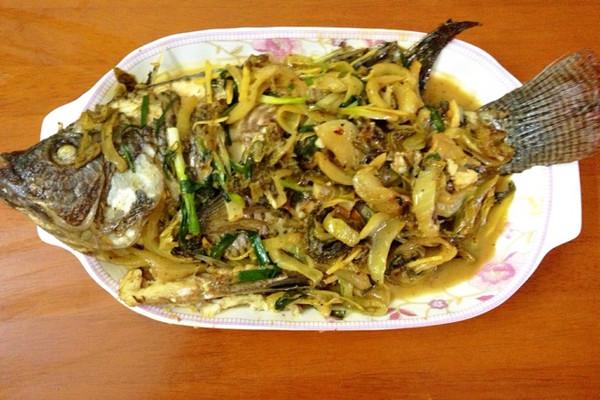 酸菜焖鱼的做法