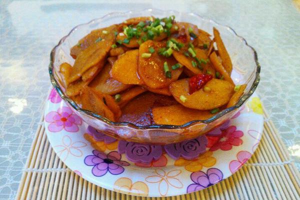 将土豆去皮洗净.切成薄片,用清水浸泡着!姜切粒,蒜切成片,切点葱花.