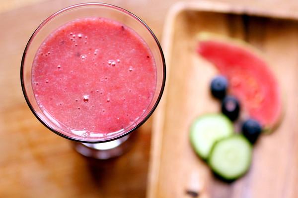 红芯芭乐黄瓜汁的做法