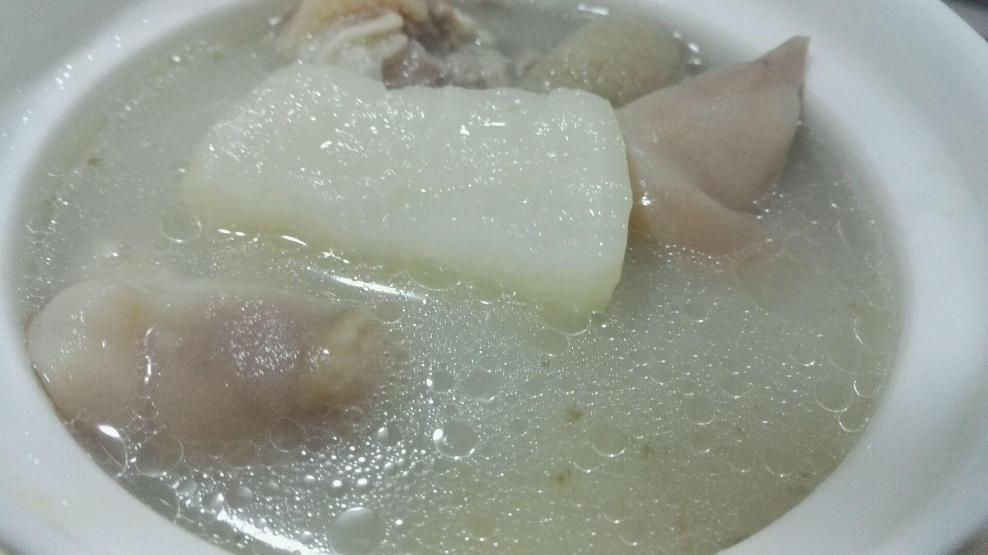 电饭锅炖萝卜竹荪猪脚汤的做法图解5