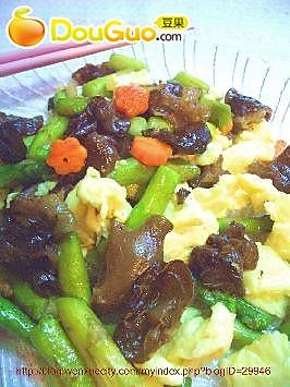 木耳、芦笋炒鸡蛋的做法