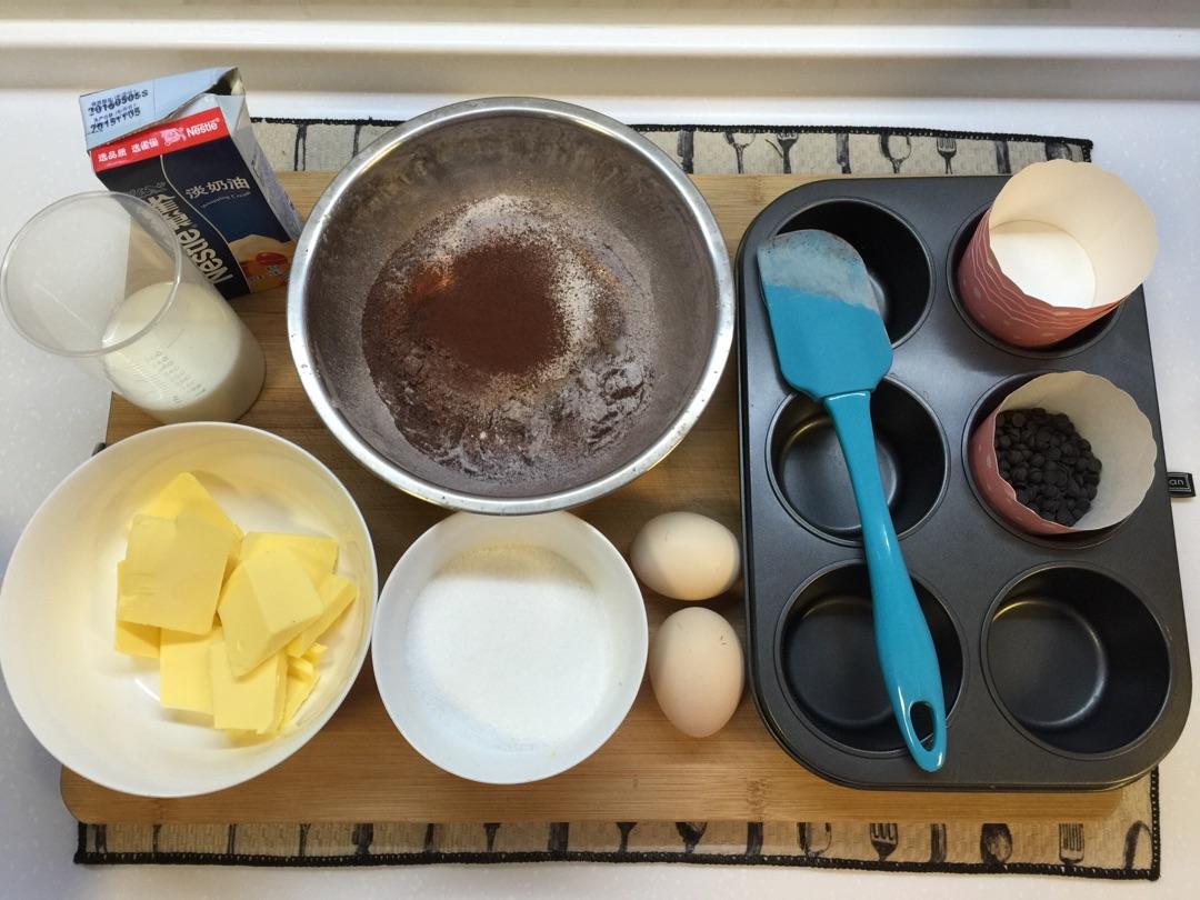 一直喜欢巧克力口味的蛋糕~这款纸杯蛋糕可以说是一款较易上手的,爸爸也喜欢巧克力口味,所以晚上亲自动手为老爸制作一早的早餐。特意把黄油和砂糖的量减少,还原最本身的味道,烤制出来特别松软!如果有机会可以一试~但不宜多吃哦!美食即分享,愿同每一个人分享这份甜蜜。fancy至上