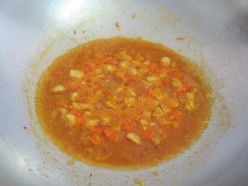 中西合并の【咖喱意面】的做法图解8 8. 加入适量的水和咖喱粉。(咖喱粉量随自己喜欢而放多或少)