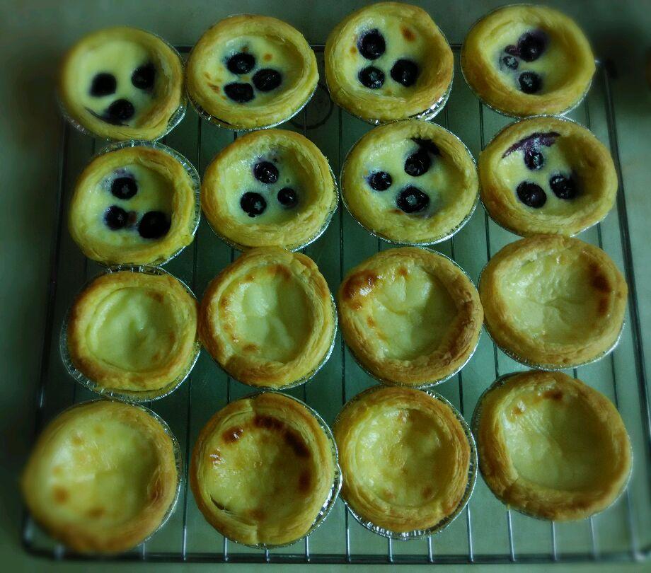 6. 加蓝莓的蛋挞加七分蛋水,然后一个放三颗果.