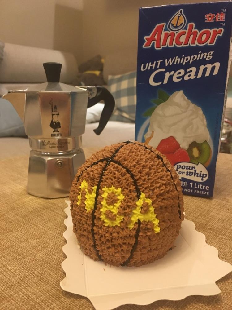 圆形戚风蛋糕一套 淡奶油150g 细砂糖15g 水果适量 色素适量 3d立体小