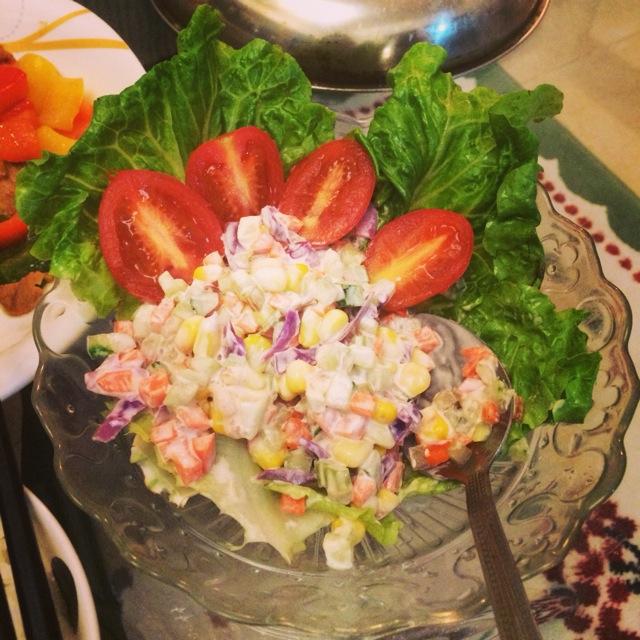 倒上沙拉酱还有千岛酱搅拌!拿了几片生菜垫底,切2块番茄作装饰,搞定!