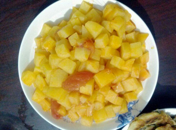 土豆洗净,削皮,切丁备用 2. 西红柿拿开水烫一下扒皮,切丁备用. 3.