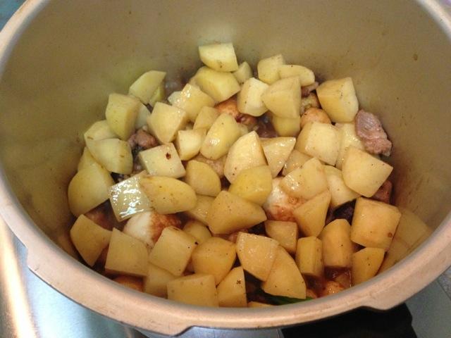 图解 土豆/5. 接着放入土豆块,盖上高压锅。很快就喷气了。盖上高压泵,...