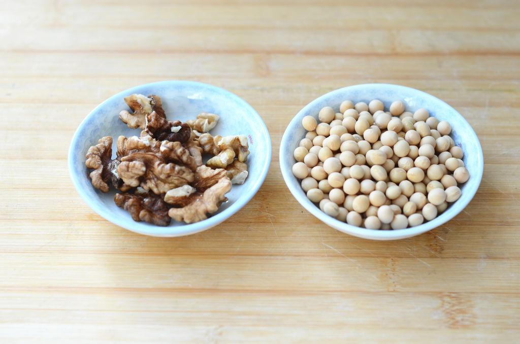 核桃仁含蛋白质、脂肪、碳水化合物,还含有钙、磷、铁、锌、胡萝卜素核黄素及维生素A、维生素B、维生素C、维生素E等有很高的营养价值和药用价值。豆浆含有丰富的植物蛋白,磷脂,维生素B1、B2,烟酸和铁、钙等矿物质,尤其是钙的含量,比其他任何乳类都丰富。一杯热豆浆,再加一些主食做早餐,包你满血复活、活力满分!