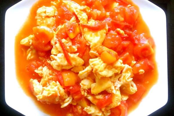 油少许 鸡精少许 胡椒粉少许 水少许 盐少许 西红柿炒鸡蛋的做法步骤