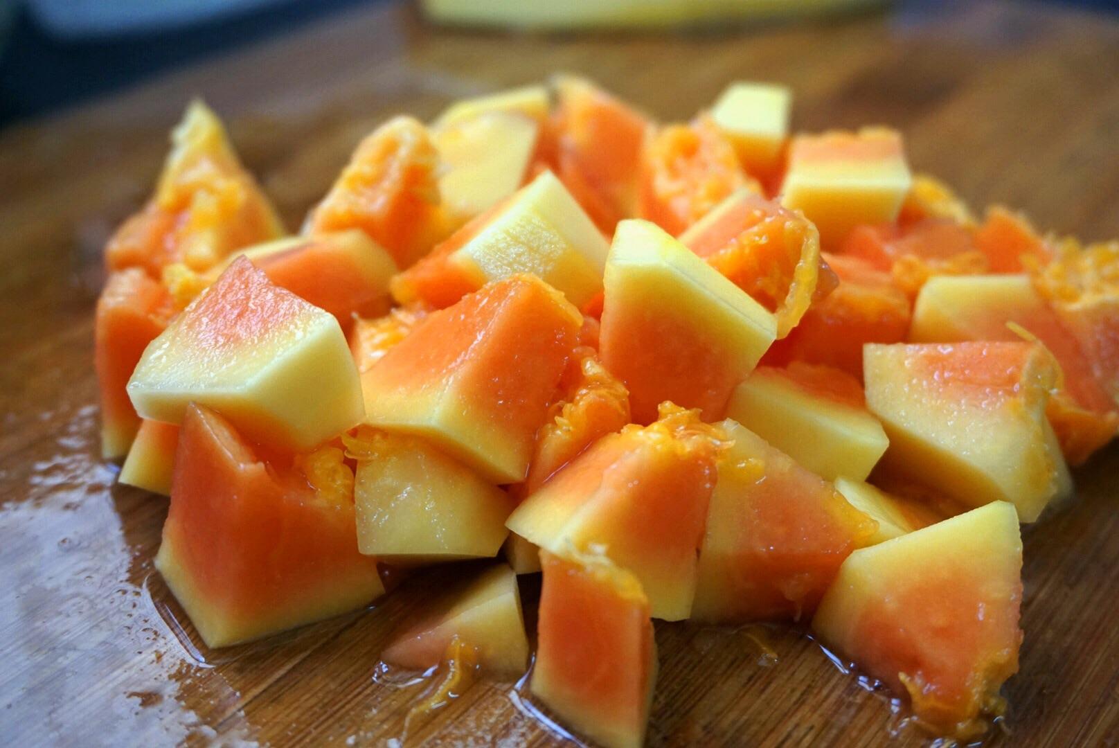 木瓜去皮,切小块.木瓜我买的是外面不太熟的那种,这种比较耐煮.