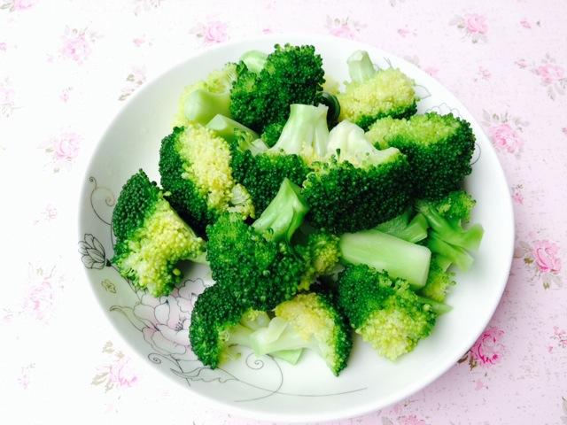 将西兰花切小块,用清水洗净泡20分钟.这样可以泡去农药和菜虫.