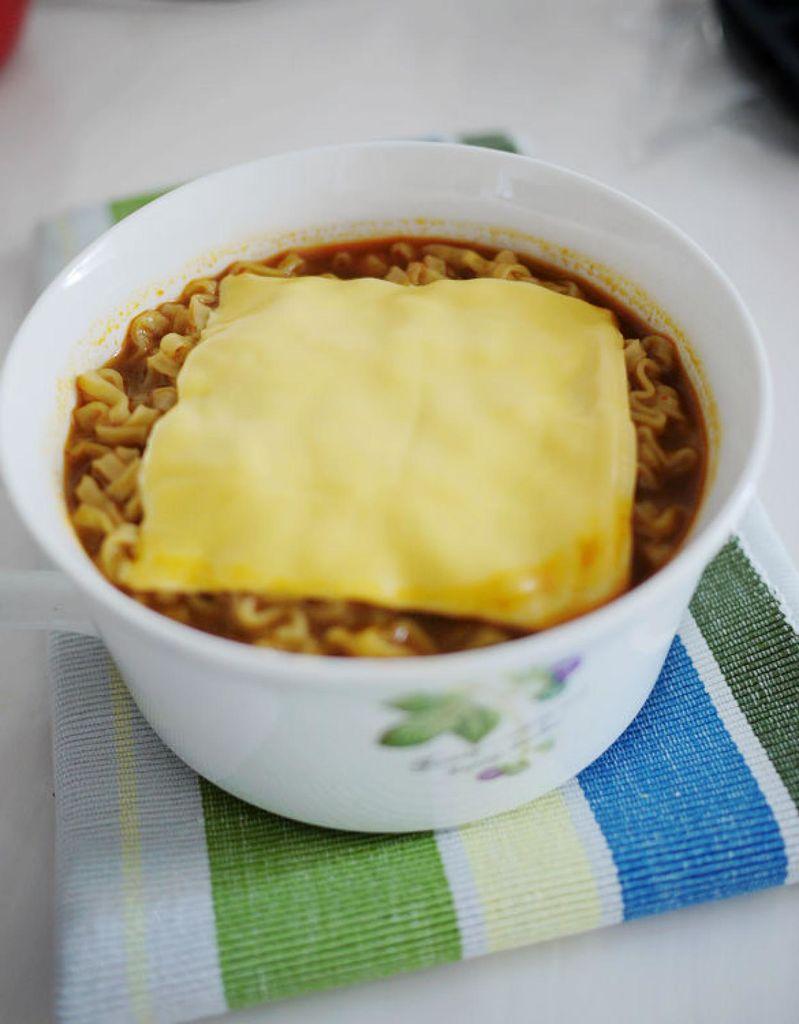 芝士泡面——百吉福创意芝士早餐菜谱的做法 !-- 图解3 -->