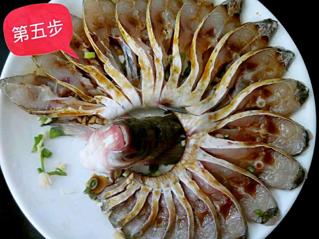 腌制好的鱼,摆盘.把蒸鱼豉油均匀的淋在鱼的每一个部分图片