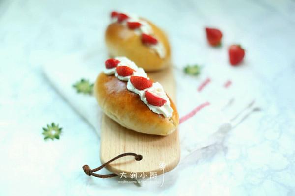 草莓奶油夹心面包