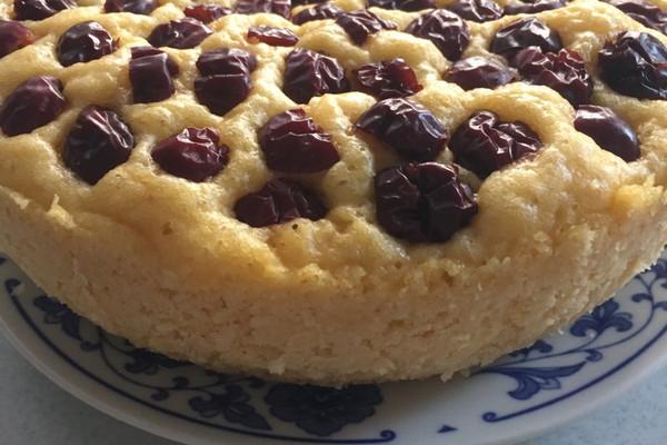 红枣铺在发糕上依喜好添加 玉米面发糕的做法步骤 1.