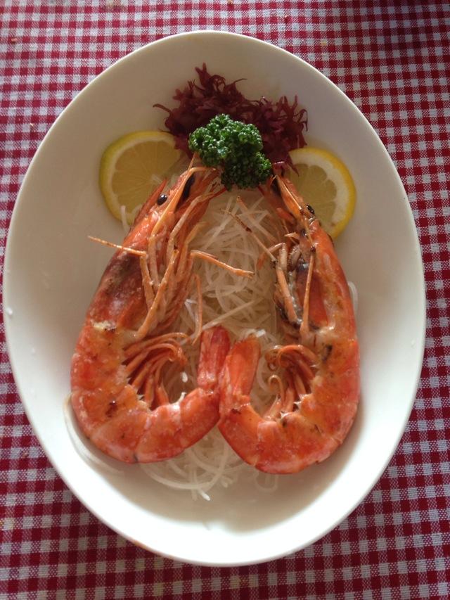主料 2只 辅料   萝卜丝 柠檬片2片 双龙戏珠/油煎大虾的做法步骤