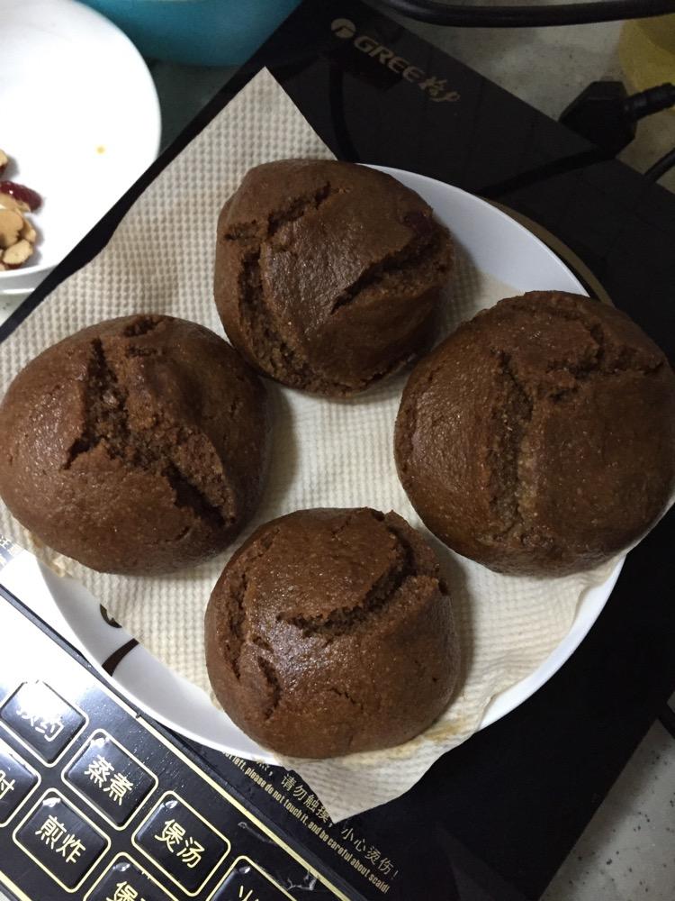 5碗 红糖红枣发糕的做法步骤 1. 红糖煮水到滚开(约1碗) 2.
