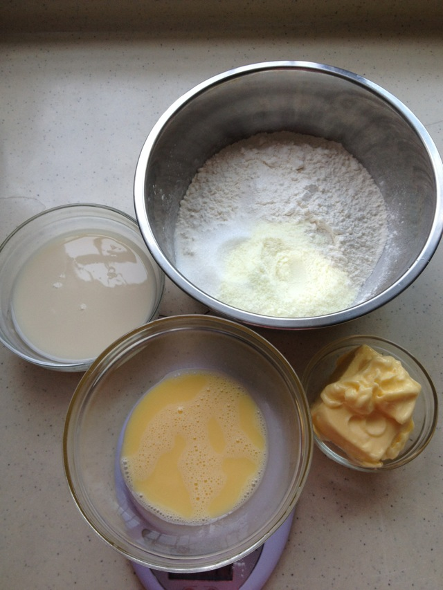 根据手工面包制作流程,把所有制作面包面团的配料揉成面团