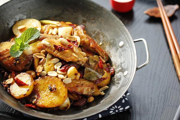 麻辣鸡翅香锅的做法