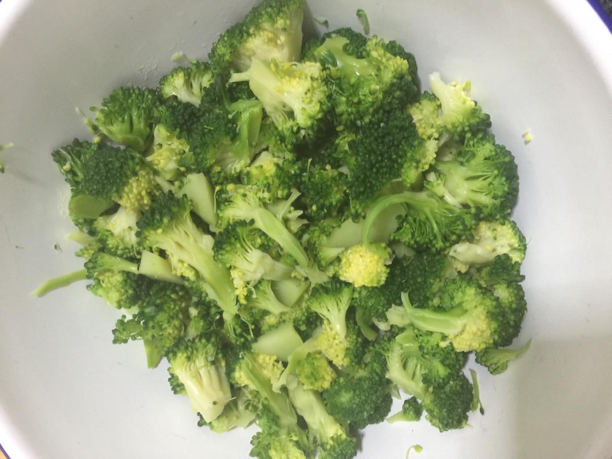 西兰花中的营养成分,不仅含量高,而且十分全面,主要包括蛋白质、碳水化合物、脂肪、矿物质、维生素C和胡萝卜素等。据分析,每100克新鲜西兰花的花球中,含蛋白质3.5克4.5克,是菜花的3倍、番茄的4倍。此外,西兰花中矿物质成分比其他蔬菜更全面,钙、磷、铁、钾、锌、锰等含量都很丰富,比同属于十字花科的白菜花高出很多。 西兰花的平均营养价值及防病作用名列第一。每100克烹制后的西兰花中,水分占90.