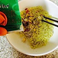 泡面鸡蛋饼#小虾创意料理#的做法图解3
