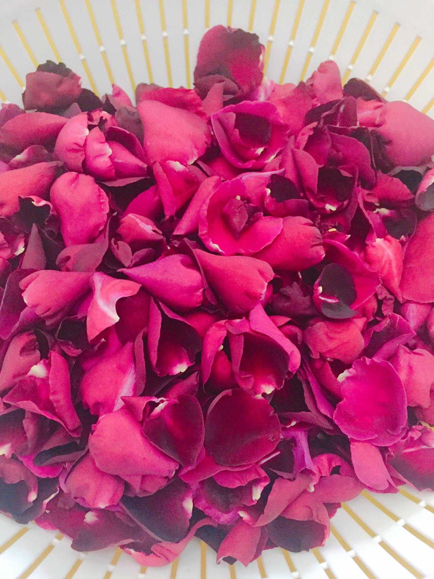 将沥干水分的玫瑰花瓣拆开,这个步骤很简单,就是比较费时.