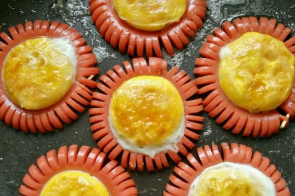 主料 鸡蛋6个 火腿3根 油适量 盐适量 火腿煎蛋——太阳花的做法步骤