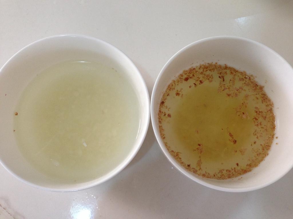 姜末/6. 将烧开滚烫的开水,分别加入蒜末和姜末的碗中,放凉待用