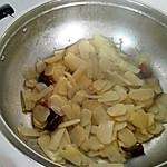孕妇 土豆片/3.放油,爆香葱白和干辣椒断,然后放入沥干水分的土豆片翻炒...