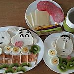 蜡笔小新 阿呆/3.猕猴桃切片,面包边切条,红肠切小块,摆出想要的形状