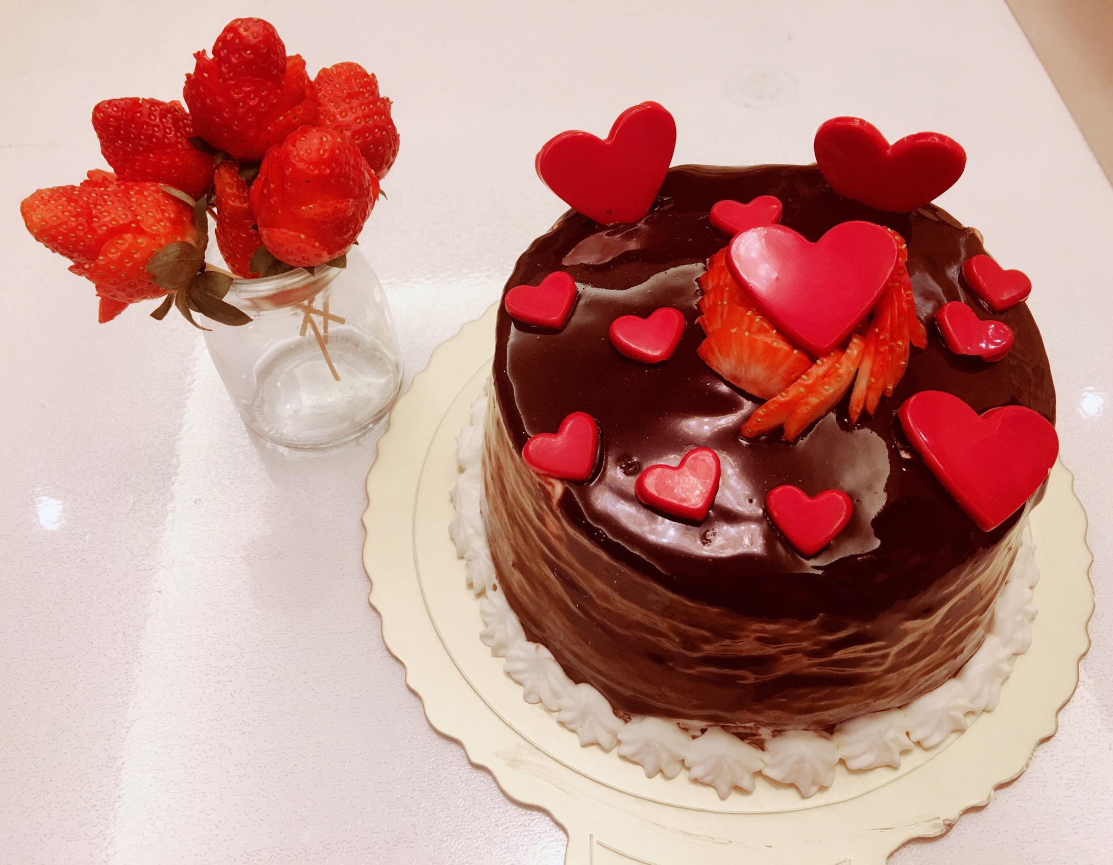 草莓夹心巧克力淋面蛋糕 草莓玫瑰花的生日祝福图片