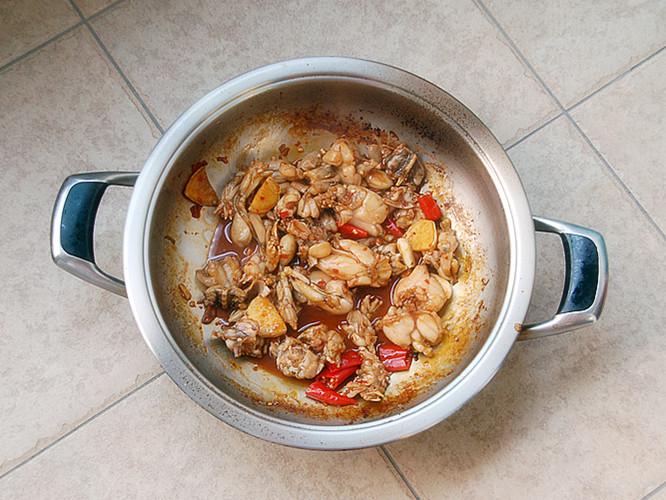 泡椒牛蛙砂锅煲的做法图解6