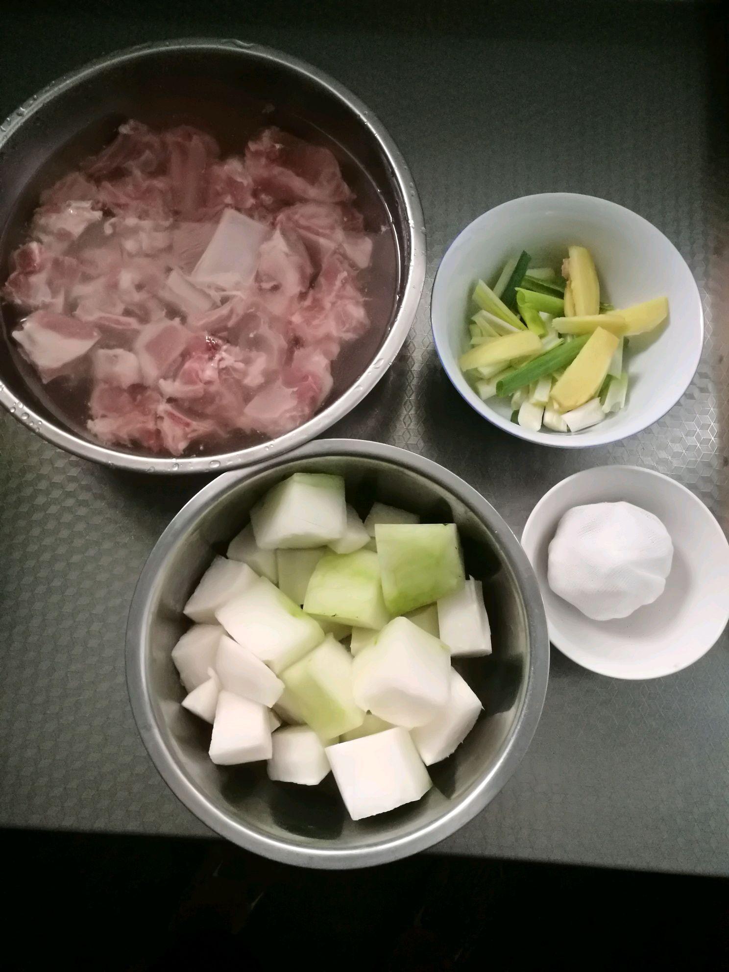 清炖排骨汤的做法图解1
