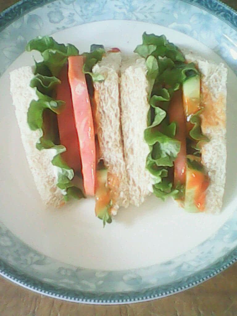 黄瓜片适量 辅料   甜辣酱适量 沙拉酱适量 千岛酱适量 美味三明治的