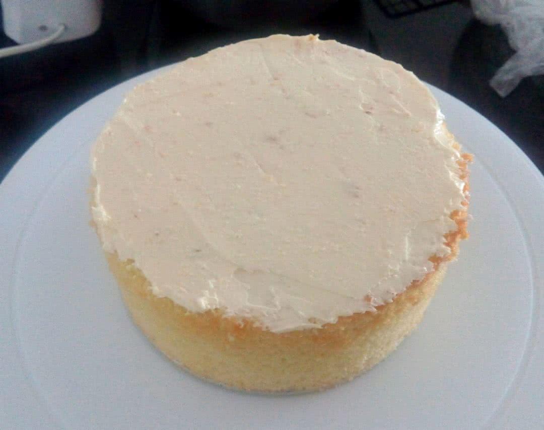 取一个蛋糕胚,抹上奶油霜