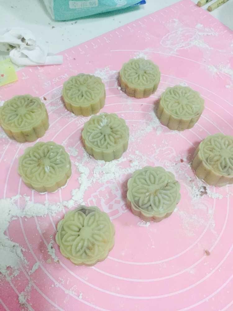 广式月饼(蛋黄豆沙)的做法步骤 1.