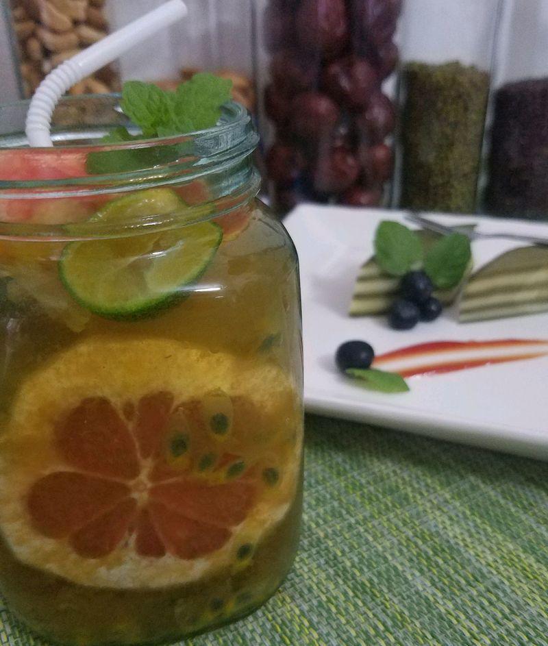 青柠檬1--3个 蜜柚一片 冰块适量 西瓜适量 水果绿茶的做法步骤 1.