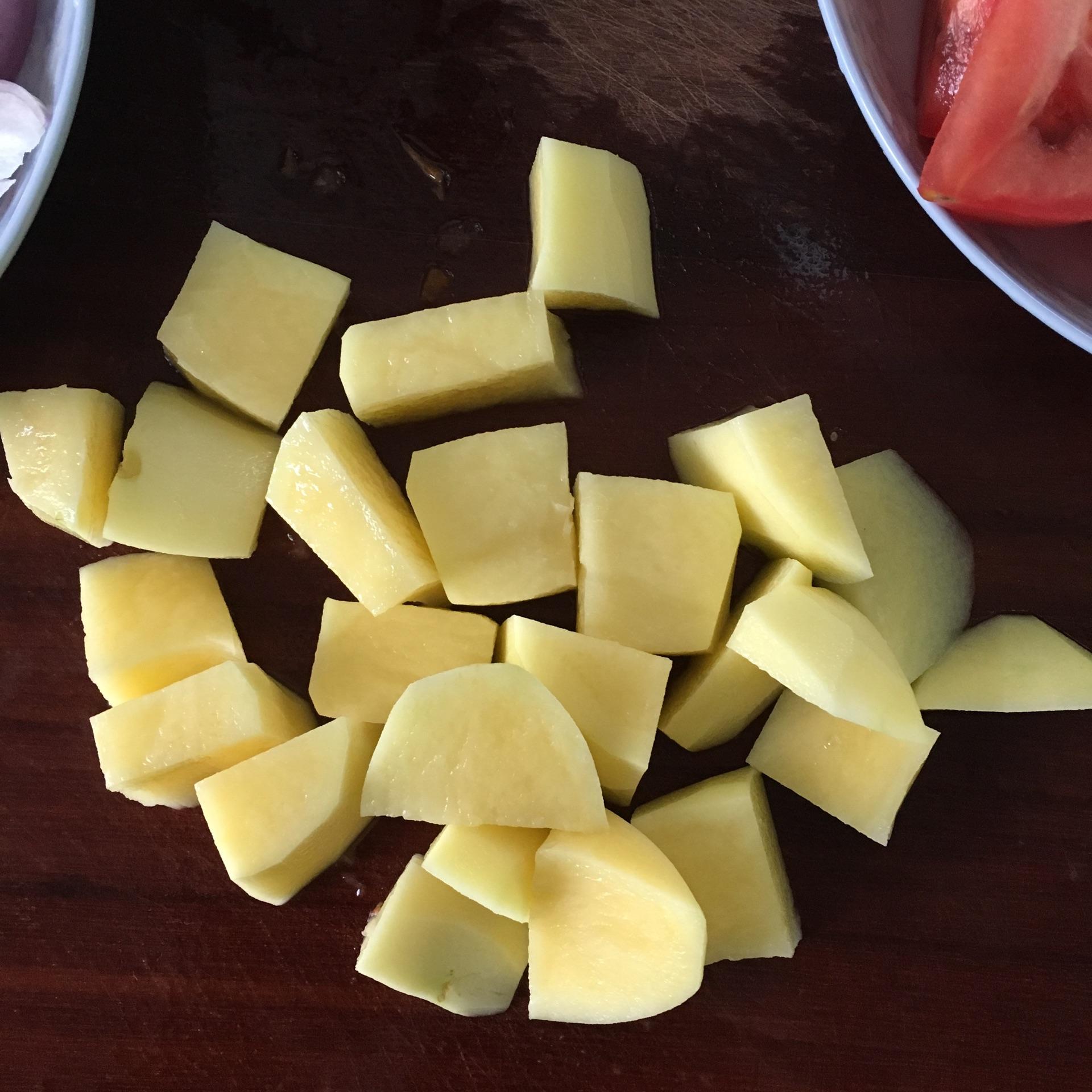 土豆,削皮,切块,备用