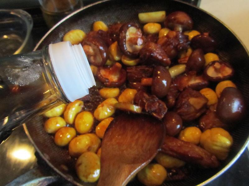 蘑菇/6. 这时可以加入适量的生抽和料酒翻炒;