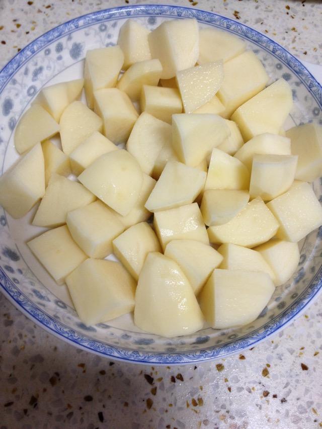 土豆切块,用水洗去表面的淀粉