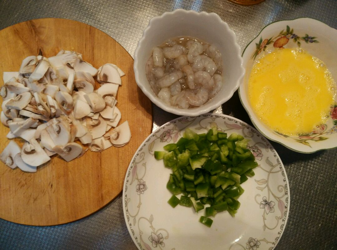 口蘑鸡蛋炒虾仁的做法图解1