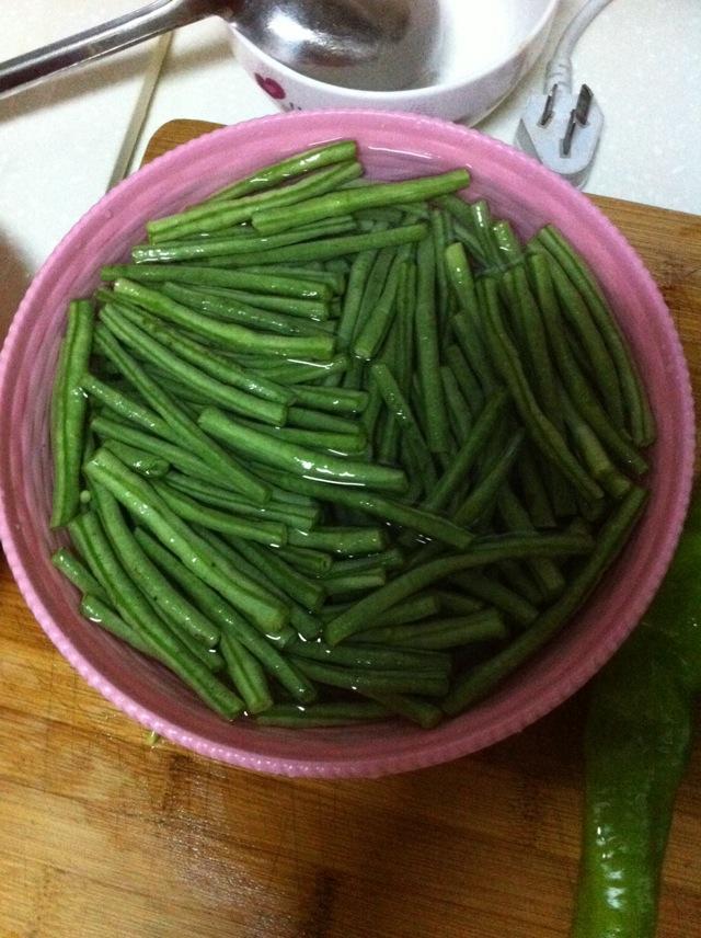 图解 豇豆/2. 豇豆洗净,用开水抄略熟,沥干水备用。