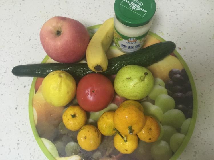 挑选自己喜欢的蔬菜或水果清洗干净,切块.