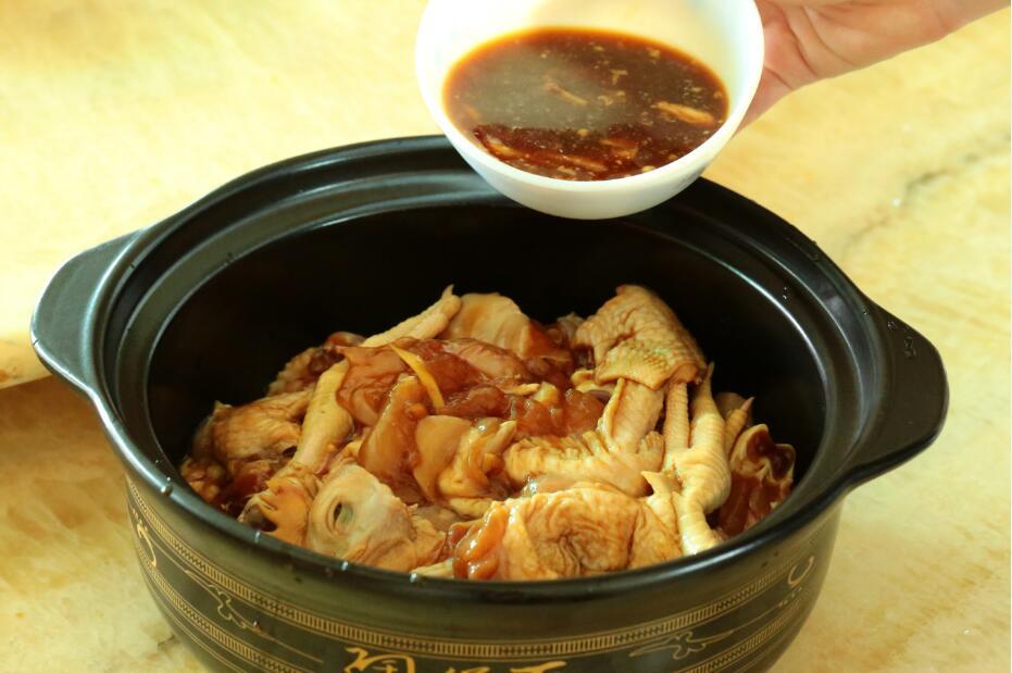 砂锅鸡煲的做法步骤 2. 砂锅底部铺好一层切好的厚生姜片 4.