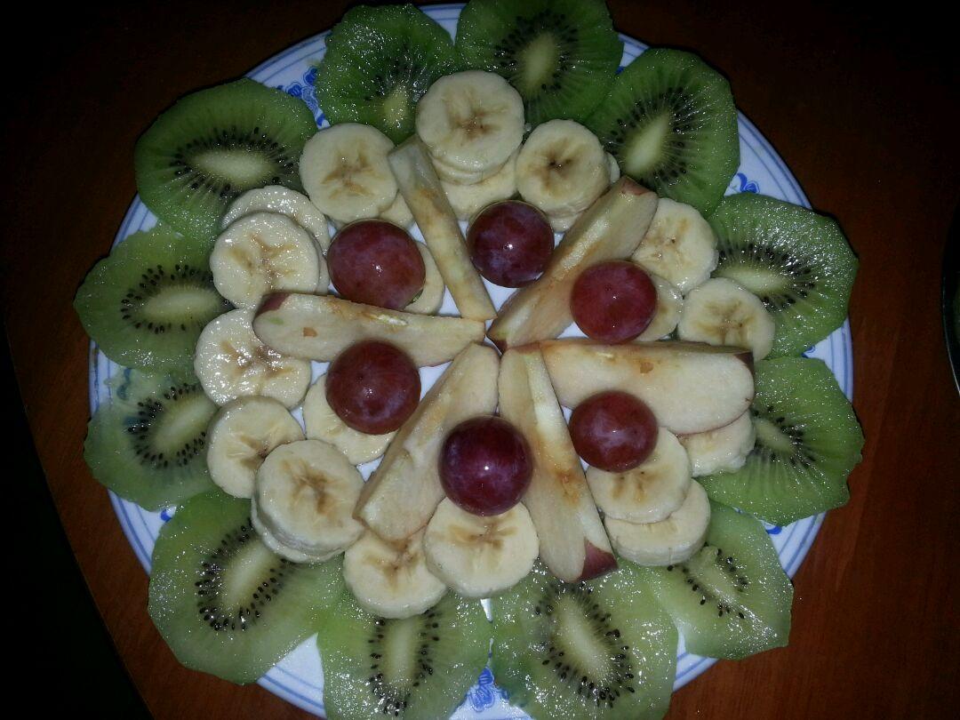 主料 猕猴桃两个 香蕉1个 红提适量 苹果适量 水果拼盘的做法