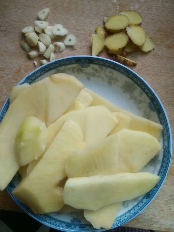 首先切好蒜,姜,土豆片备用.【ps:土豆片可以在水里泡着,除淀粉】